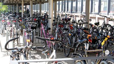Tatort Bahnhof: Langfinger, die es auf Räder abgesehen haben, werden meist bei den Abstellplätzen fündig. Sei es wie hier am Bahnhof in Baden-Oos oder bei den Abstellplätzen von Schulen, Sport- und Freizeitstätten oder beim Freibad.