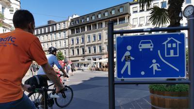 Zwei Radfahrer fahren über den Leopoldsplatz.