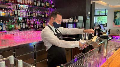 Rizzi-Mitarbeiter Tobias Kuld zapft gerade ein Bier hinter dem Tresen.
