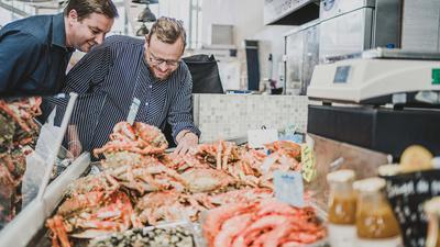 Ronny Loll (links) und sein Verleger Ulf Tietge begutachten Meeresfrüchte in der Normandie.