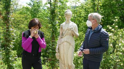 Wunderschön und gut riechend. Oberbürgermeisterin Margret Mergen und Markus Brunsing, Gartenamtsleiter, freuen sich über die gelbe Rose, die gerade im Rosenneuheitengarten blüht.