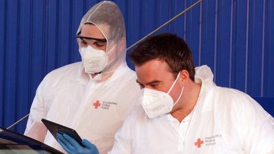 Rotkreuzler im Einsatz: Zusammen mit dem Team der Marienapotheke kümmern sich DRK-Helfer beim Testzentrum in Baden-Oos um die Registrierung der Testwilligen und die kostenfreien Nasenabstriche.