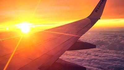 Eine Maschine des Billigfliegers Ryanair ist über den Wolken unterwegs.