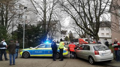 Die Polizei riegelt den Einsatzort in der Danziger Straße weiträumig ab.