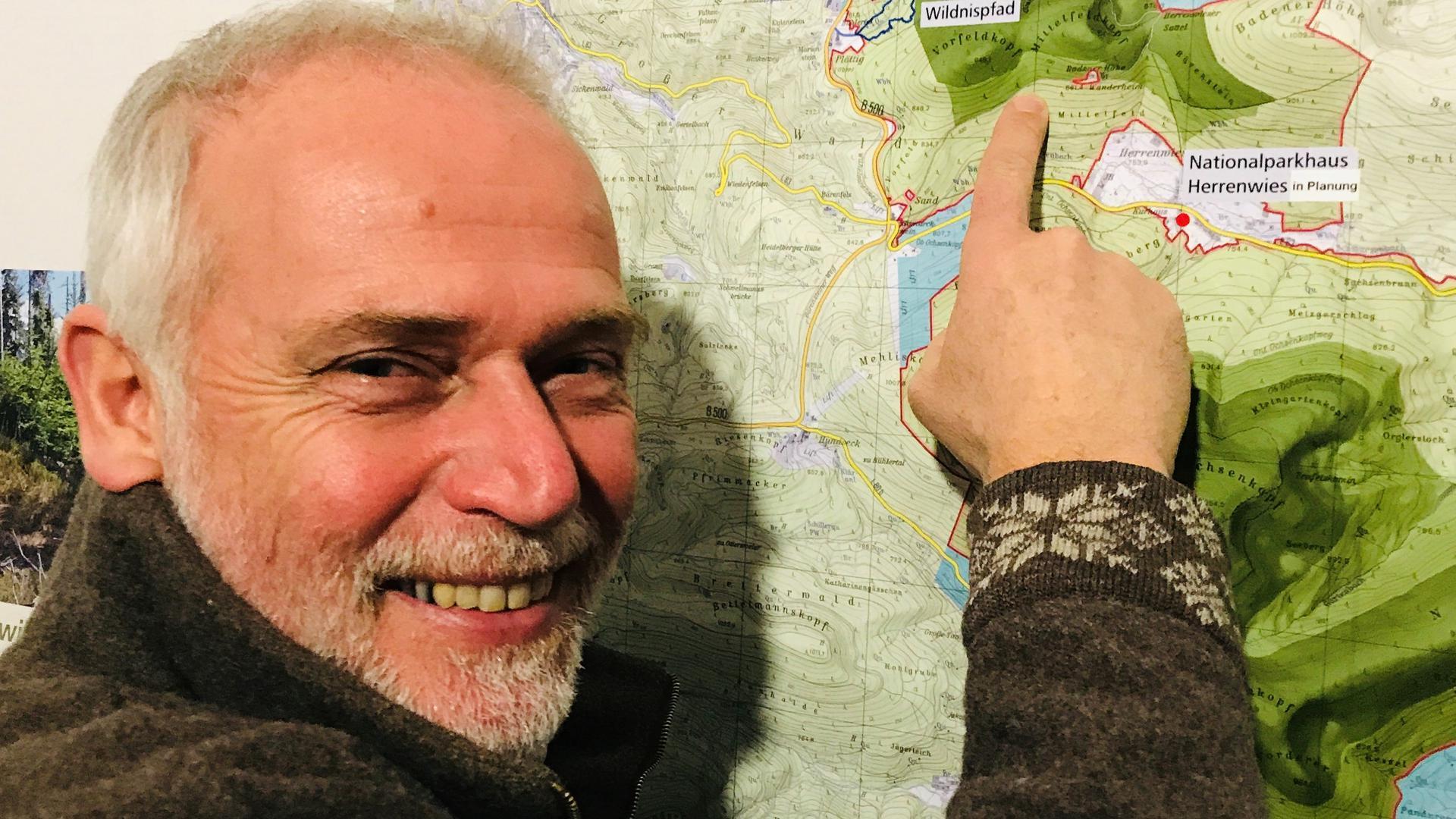 Der Leiter des Nationalparks Schwarzwald, Wolfgang Schlund, steht vor einer Karte mit dem nördlichen Teil des Schutzgebiets zwischen Baden-Baden und Freudenstadt.
