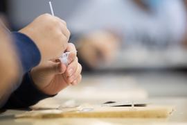 Ein Schüler macht vor der ersten Stunde an einer Schule einen Corona-Schnelltest.