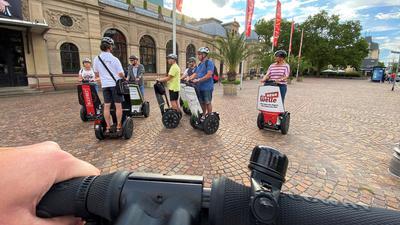 Segway-Fahrer stehen vor dem Festspielhaus in Baden-Baden.