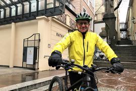 Siegfried Schmich steht mit seinem Fahrrad vor dem Baden-Badener Rathaus.
