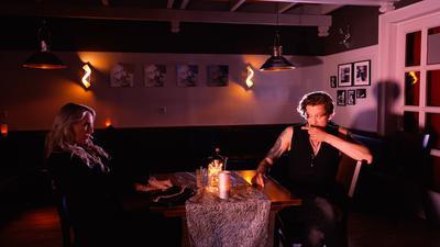 Trotz Stillstand in der Kulturbranche. Rockmusiker Sebastian Dracu hat mit regionalen Kulturschaffenden ein neues Musikvideo in Baden-Baden gedreht.