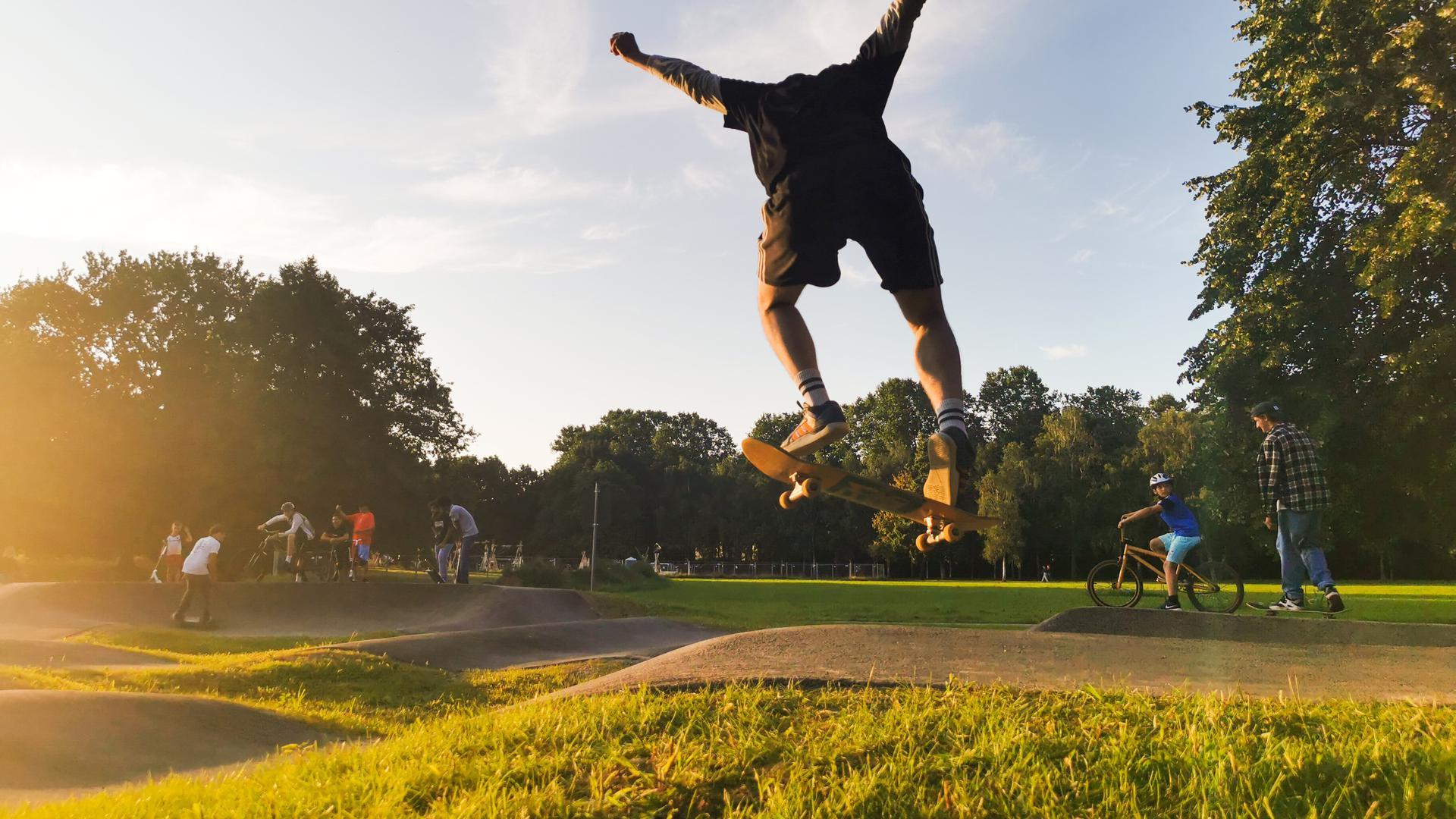 Skater macht einen Trick im Park.