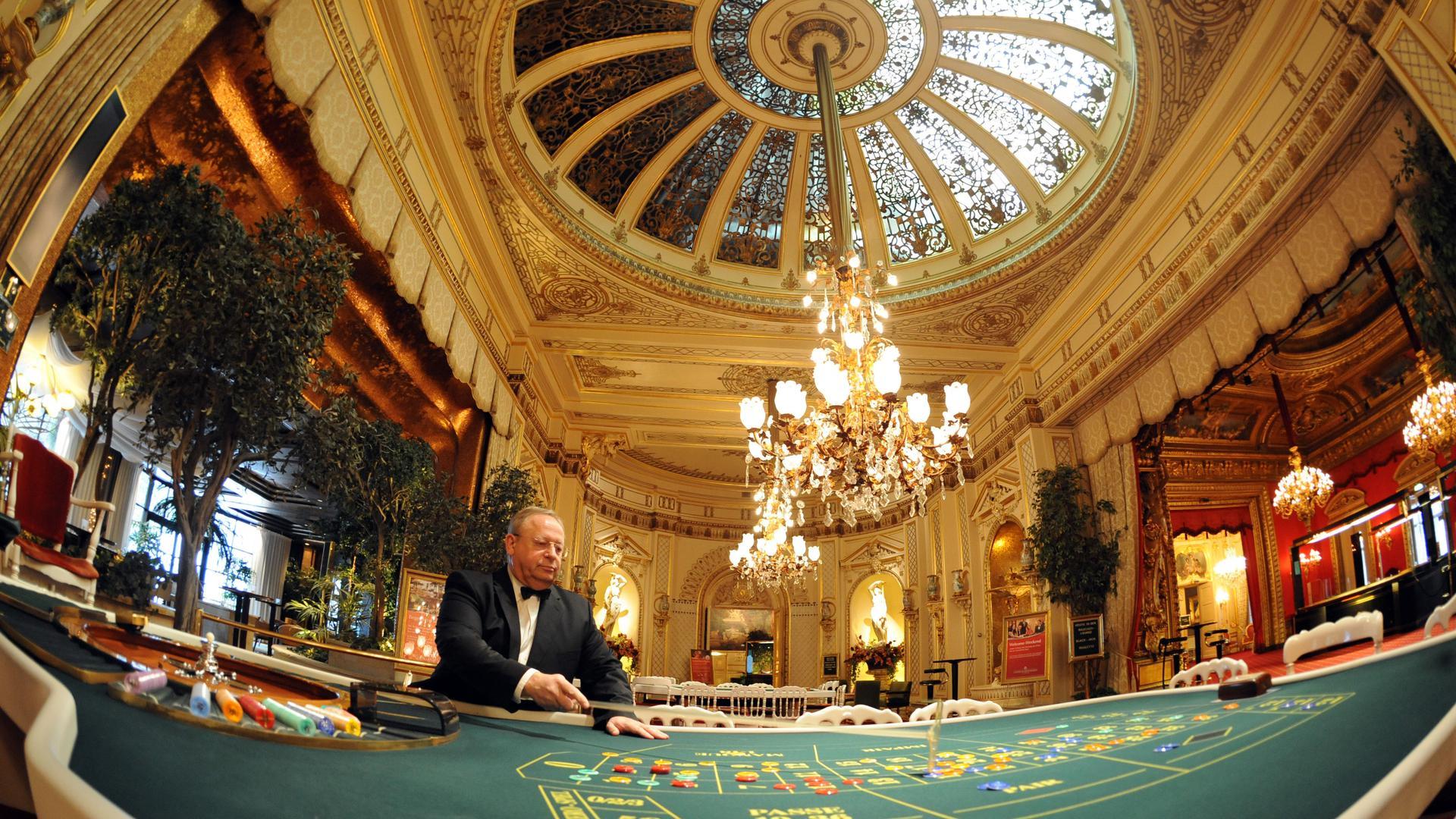 Wolf-Dieter Keitel, bandar di Casino Baden-Baden, sedang duduk di meja roulette Prancis di kasino di