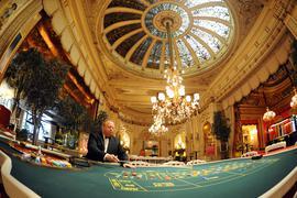 Wolf-Dieter Keitel, Croupier im Casino Baden-Baden, sitzt in der Spielbank im «Wintergarten-Saal» an einem französischen Roulette-Tisch.