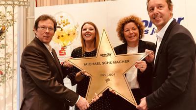 """Klaus und Deborah Dobbratz (von links), Nora Waggershauser und Ralf Schlichter (rechts), Ideengeber des """"Walk of Sports"""" zeigen auf diesem Archivbild einen Stern für den siebenmaligen Formel-1-Weltmeister Michael Schumacher."""