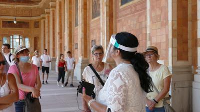 Stadtführerin Claudia Weidel (weißes Kleid) erklärt die Geschichte der Trinkhalle.