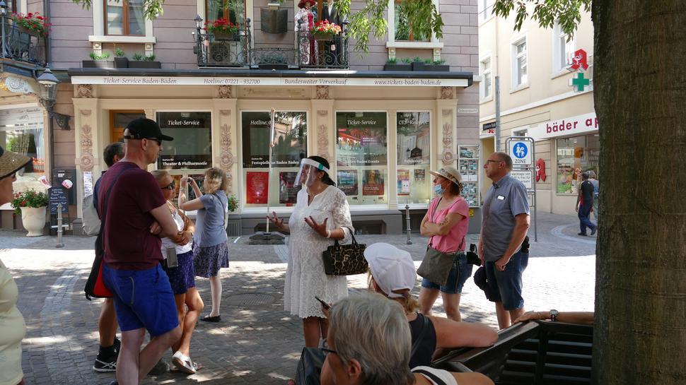 Vor dem Dostojewskij-Haus in der Bäderstraße 4. Claudia Weidel (weißes Kleid) erläutert die Geschichte der Russen in Baden-Baden.