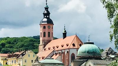 Über der Altstadt von Baden-Baden mit der Stiftskirche sind graue Wolken aufgezogen.