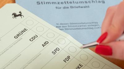 Ein Stimmzettel für die Briefwahl für die Landtagswahl am 14. März 2021 in Baden-Württemberg liegt auf einem Tisch (gestellte Szene).