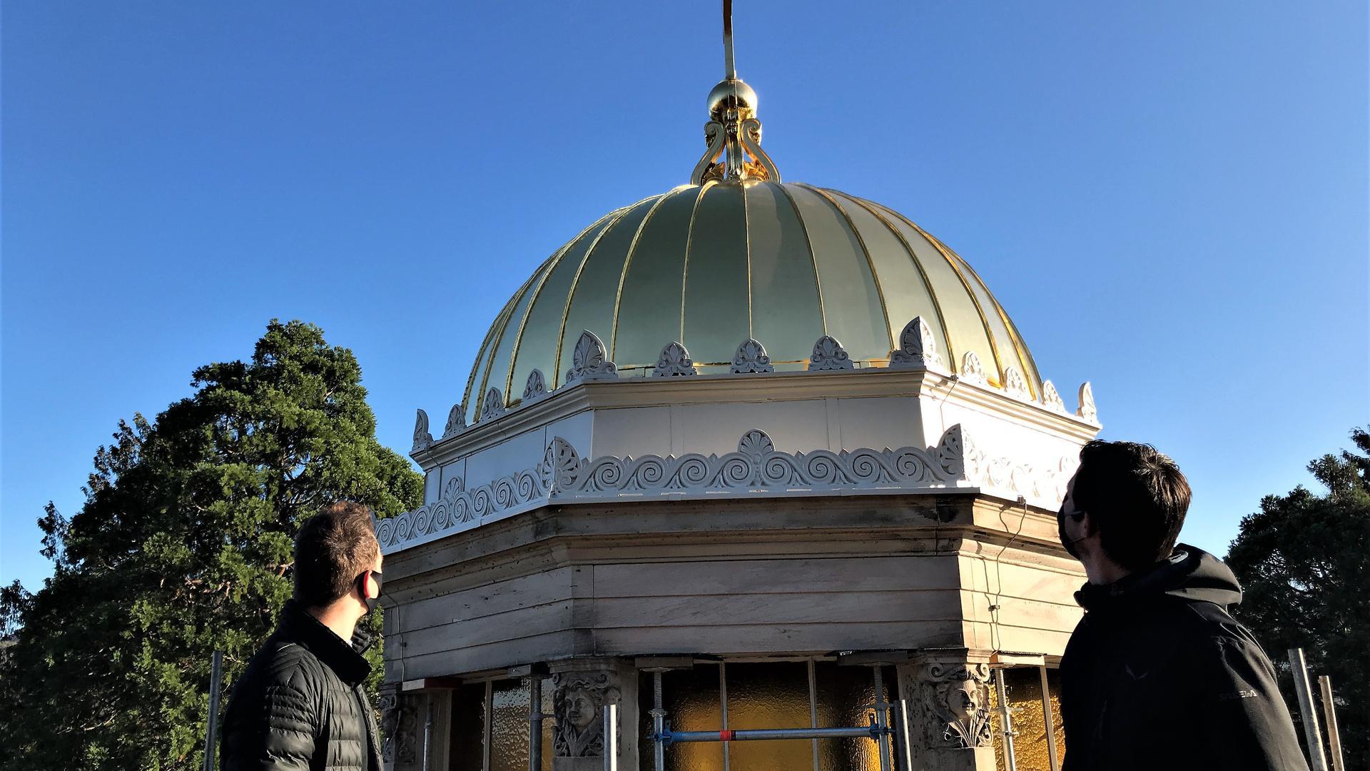 Maximilian Bürkle (links) und Björn Käckell vom städtischen Gebäudemanagement begutachten die frisch vergoldete Laterne auf der Dachkuppel der Stourdza-Kapelle Baden-Baden.