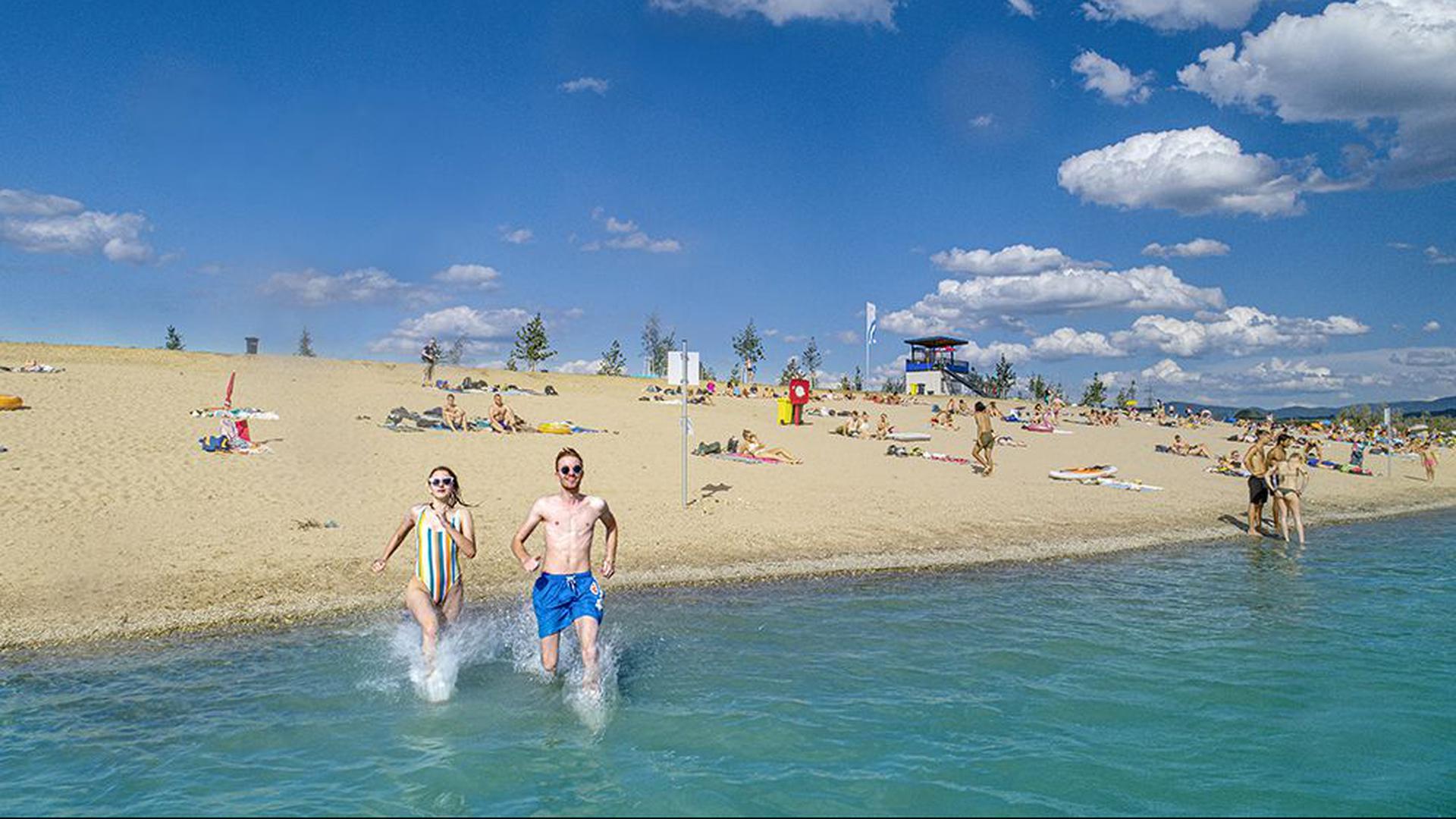 Auf ins kühle Nass: Bis zu 2.000 Tagesgäste finden im Strandbad Sandweier Platz. In Corona-Zeiten sind 1.000 zugelassen.