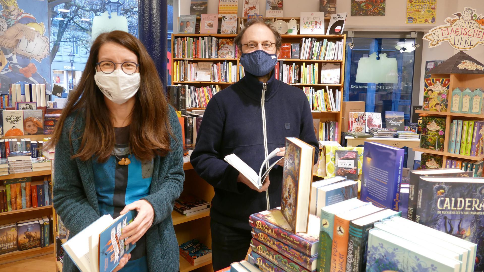Die beiden Buchhändler Tanja Eger, Leiterin der Familienbuchhandlung Mäx+Moritz und Josua Straß, Inhaber der Buchhandlungen Straß und Mäx+Moritz, legen Wert auf individuelle Beratung.
