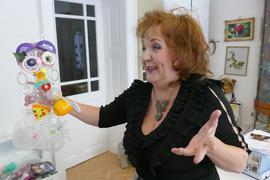 Die Kinder in Tatjana Golders Kreativgruppe haben aus Plastikmüll lustige Monster geschaffen.