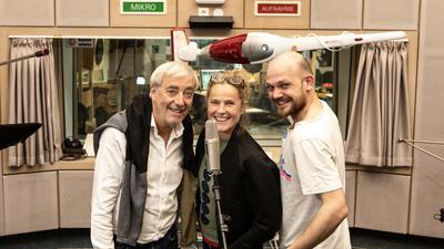 """Ueli Jäggi (Xaver Finkbeiner, von links), Karoline Eichhorn (Nina Brändle) und Matti Krause (Sieger) stehen im Hörfünkstudio in Baden-Baden. Sie lösen ihren letzte Fall für den """"ARD Radio Tatort""""."""