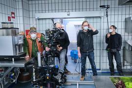 """In einem gekachelten Raum wird für eine neue Folge des """"Schwarzwald-Tatorts"""" gedreht."""