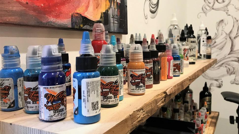 Eine bunte Auswahl an Tattoo-Farben