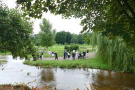 Bei der Cité im Osten der Stadt fließt die Oos meist sehr ruhig und wird von der Friedensgemeinde als Platz für Taufen genutzt.