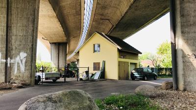 Ein Häuslein steht unter den mächtigen Betonpfeilern für die Europastraße (B500) in Baden-Baden.