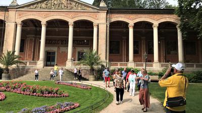 Eine Besuchergruppe kommt aus der Trinkhalle Baden-Baden.