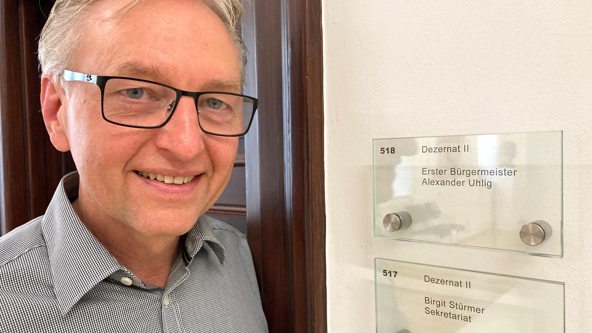Der Baden-Badener Bau-Bürgermeister Alexander Uhlig steht vor dem Eingang zu seinem Büro.