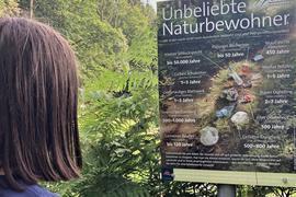 Mit einer Plakataktion informieren Gemeinden in der Nationalpark-Region über die Verrotungszeiten von Abfällen wie Getränkedosen oder Windeln.