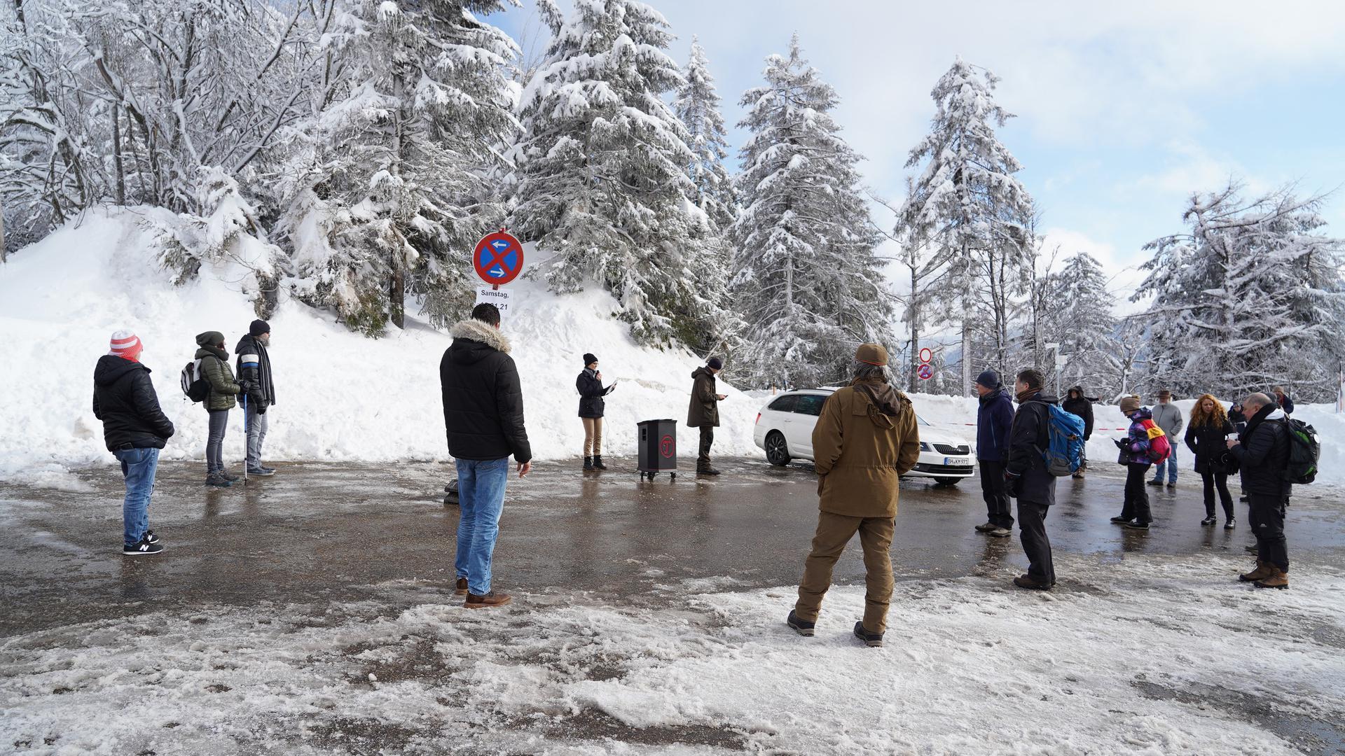 Gruppe von Menschen auf einem Parkplatz