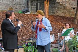 """Tenor Claudio Versace und Sänger """"Pippo"""" (von links) beim Benefizkonzert am Alten Schloss."""