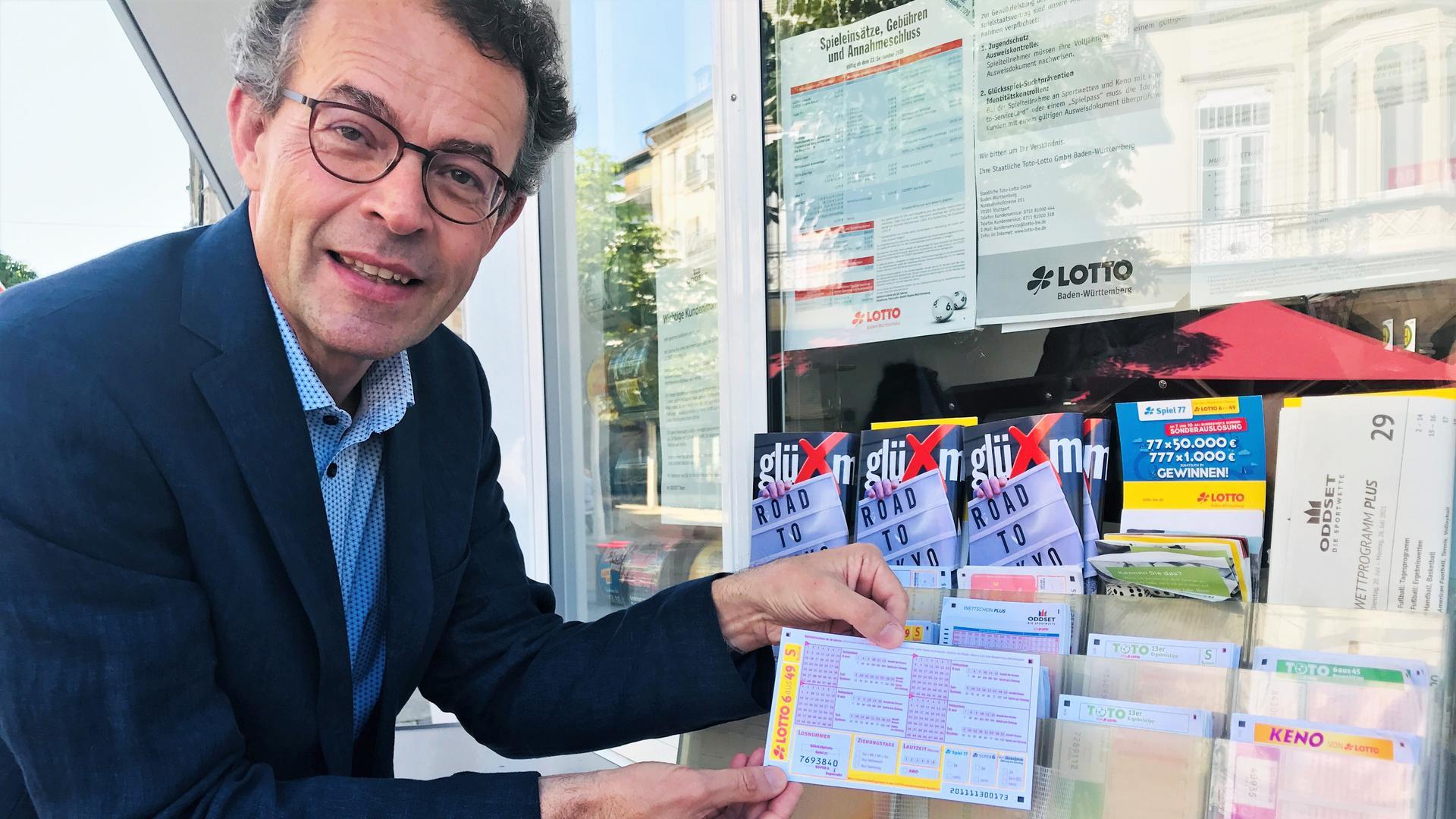 Lotto-Geschäftsführer Georg Wacker bei einer Visite der Annahmestelle am Kiosk am Leopoldsplatz in Baden-Baden.