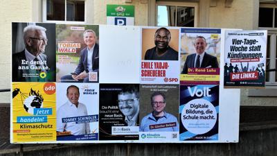 Auf einer großen Fläche hängen die Wahlplakate der Landtagskandidaten für den Wahlkreis Baden-Baden.