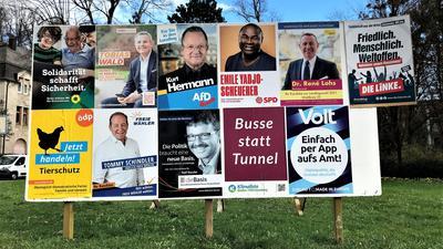 Eine große Wahlplakatwand zeigt die Kandidaten und Gruppierungen, die bei der Landtagswahl im Wahlkreis Baden-Baden antreten