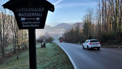 Ein Schild an der B500 bei Baden-Baden-Geroldsau weist auf den Geroldsauer Wasserfall hin.