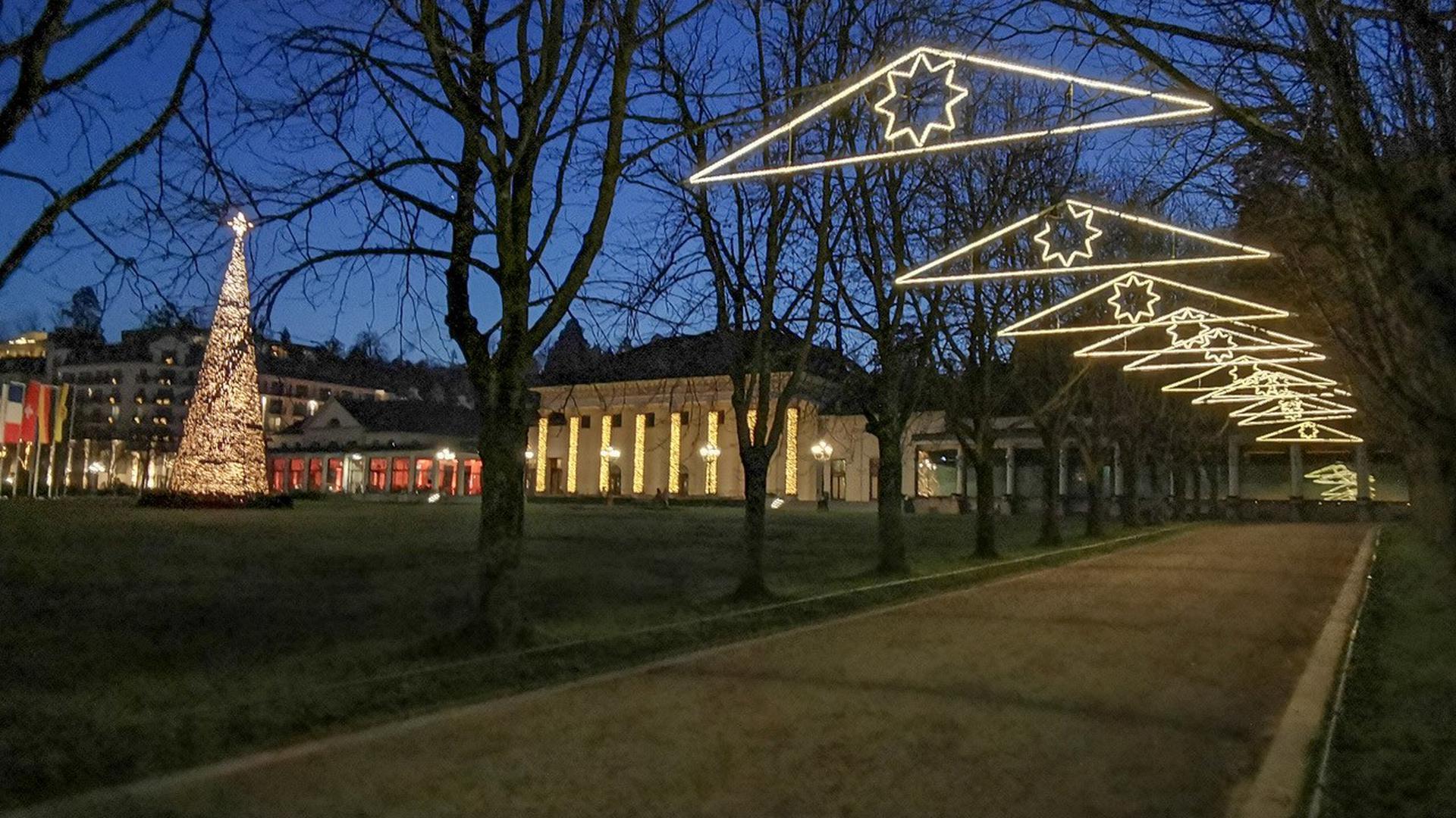 Ein Weg zwischen Kurhaus und Trinkhalle Baden-Baden ist stimmungsvoll beleuchtet.