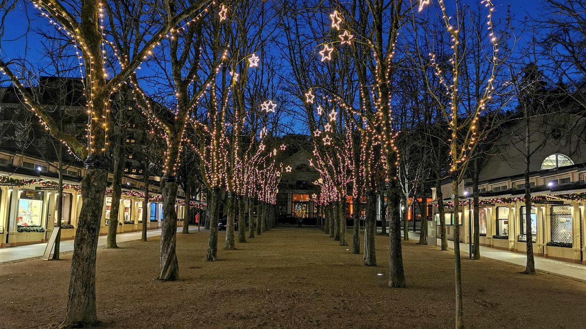 Die Kurhaus-Kolonnaden in Baden-Baden sind weihnachtlich beleuchtet.