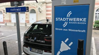 Ein Elektroauto wird in Baden-Baden am Kurhaus an einer Ladestation aufgeladen.