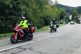 Zwei Motorradfahrer fahren in Baden-Baden durch den Stadtteil Geroldsau.