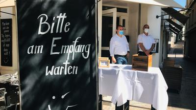 Eine Tagel vor einem Lokal in Baden-Baden weist die Kundschaft darauf hin, dass sie vom Personal in Empfang genommen werden.