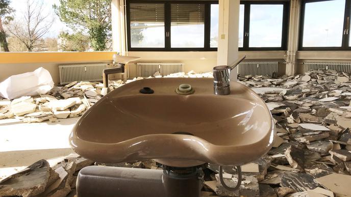 Das Waschbecken zeugt von einem früheren Friseursalon im Achteck.