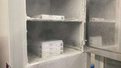 In einem Spezialkühlschrank im Kurhaus Baden-Baden lagert Impfstoff der Firma Biontech, der ultra-tiefgekühlt werden muss.