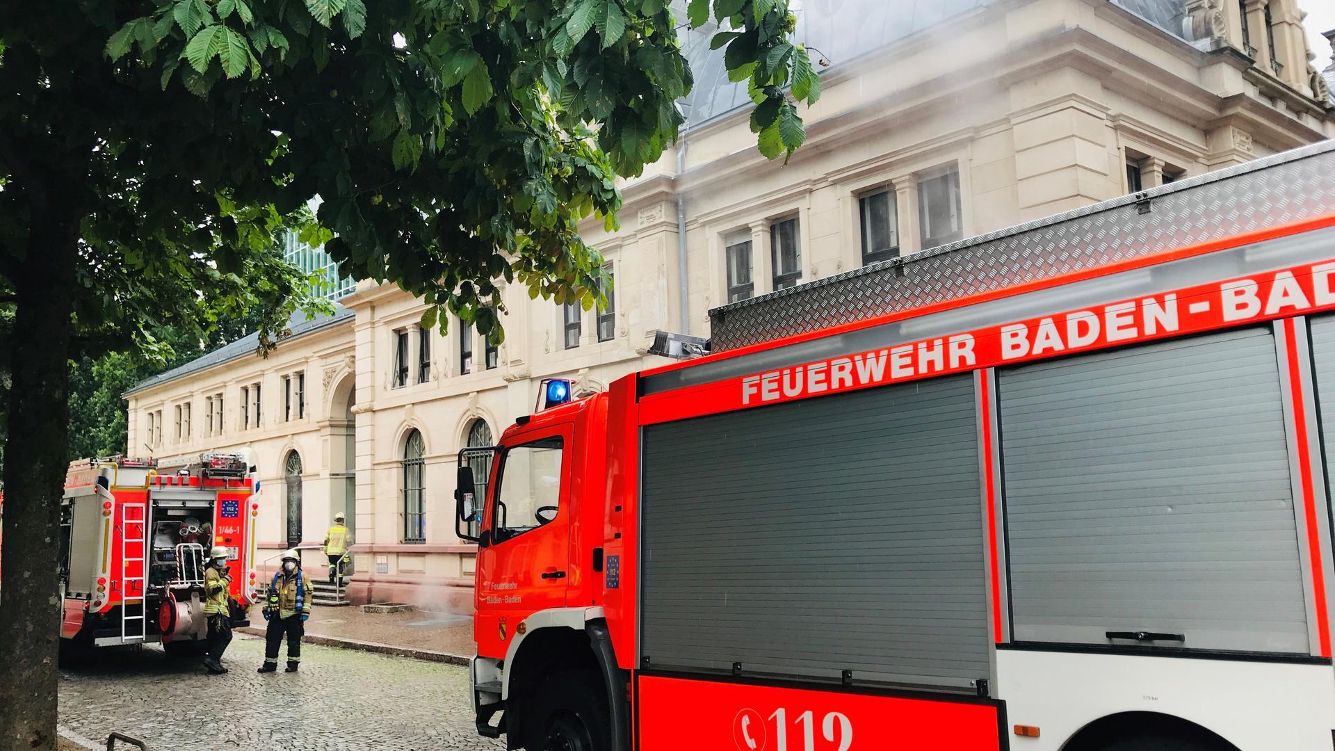 Vor dem Festspielhaus Baden-Baden stehen zwei Fahrzeuge der Feuerwehr