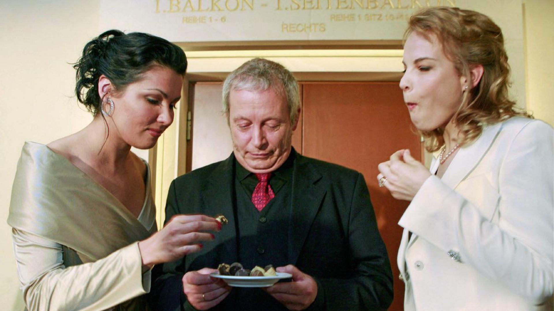 Süße Verführung: Die Sängerinnen Anna Netrebko und Elina Garanca mit dem Intendanten im Jahr 2007.