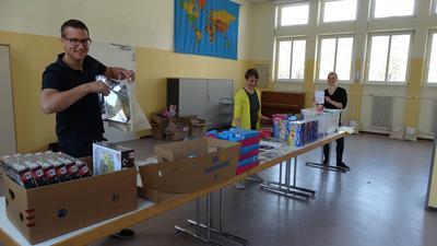 von links Adrian Struch, Agnes Lemke und Franziska Frank packten während des Lockdown Beschäftigungstaschen