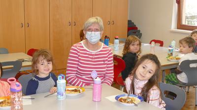 Erzieherin Barbara Dunger beim Mittagessen mit ihrer Gruppe im Haus des Kindes in Baden-Baden